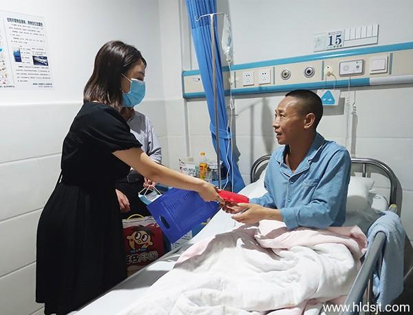 关爱暖人心——集团工会主席刘赛华慰问生病员工